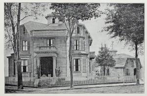 Haus mit Bäumen und Gartenzaun